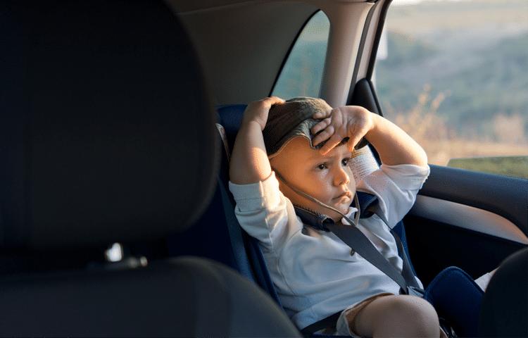 Bambino che rischia ipertermia e colpo di calore