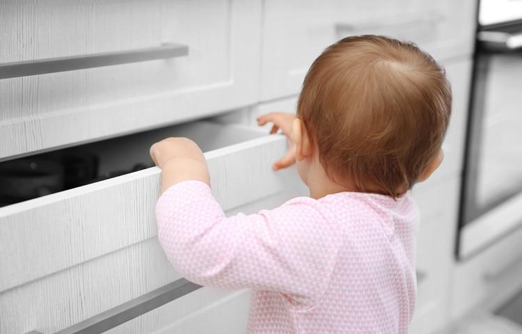 Primi passi bambino in una casa a prova di incidente domestico