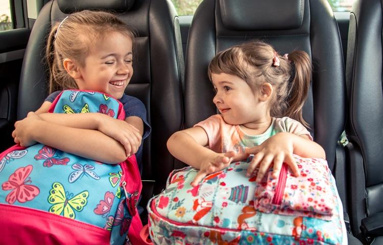 Bambini che giocano in viaggio