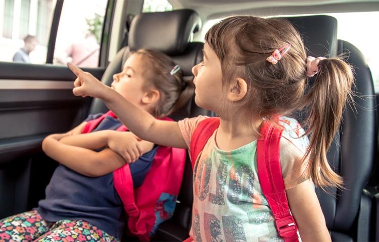 Bambini che fanno giochi da viaggio in auto
